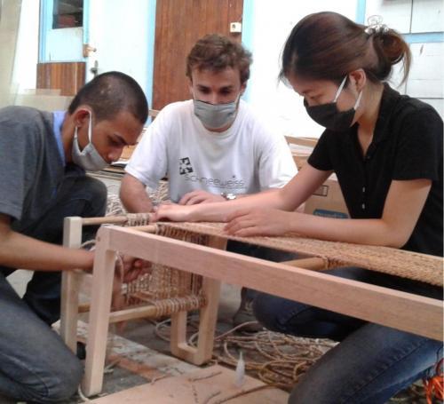 Praktek membuat desain bench dengan kayu sengon